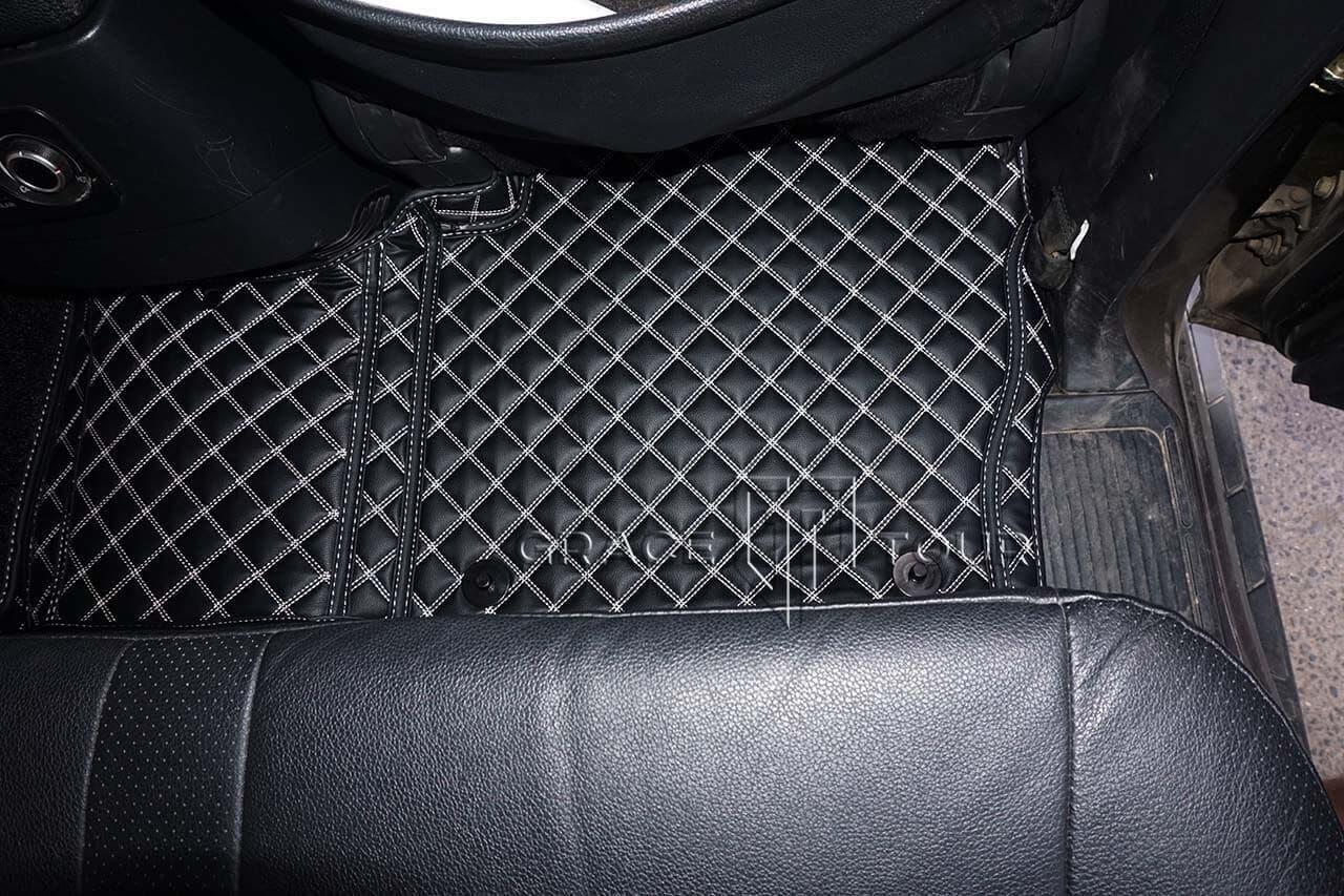 3D-коврики из экокожи для Mitsubishi Pajero черного цвета с контрастной белой строчкой