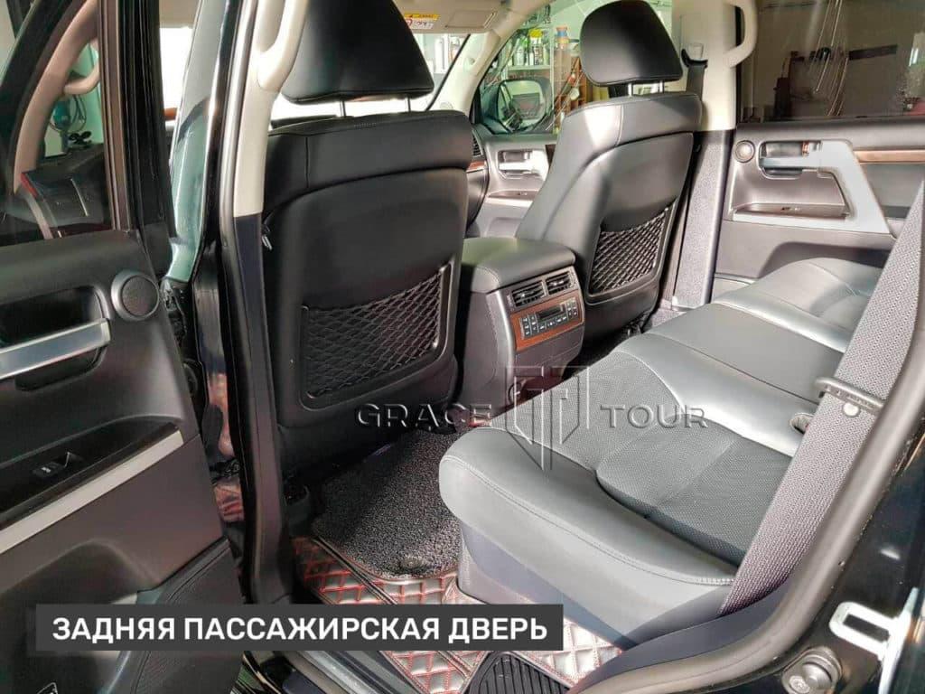 Коврики из экокожи для Toyota Land Cruiser 200 отшиваются по специальным лекалам, повторяющим технологические особенности автомобиля